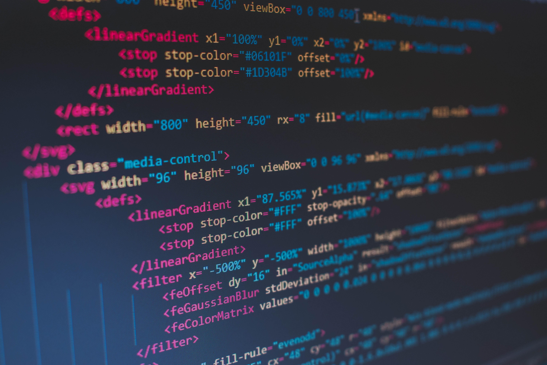Tela de computador mostra programação em HTML