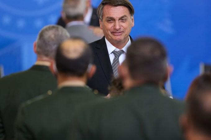 O presidente Jair Bolsonaro em cerimônia com generais promovidos