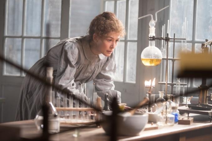 Rosamund Pike como Marie Curie no filme Radioativo