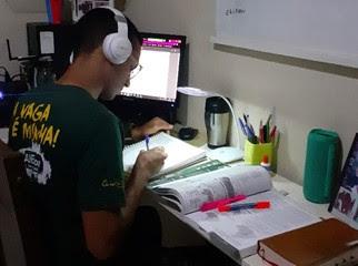"""Lucas Lourenço, 18, de Maracanaú, Ceará, estuda online para concursos militares pelo curso """"SOU+"""""""