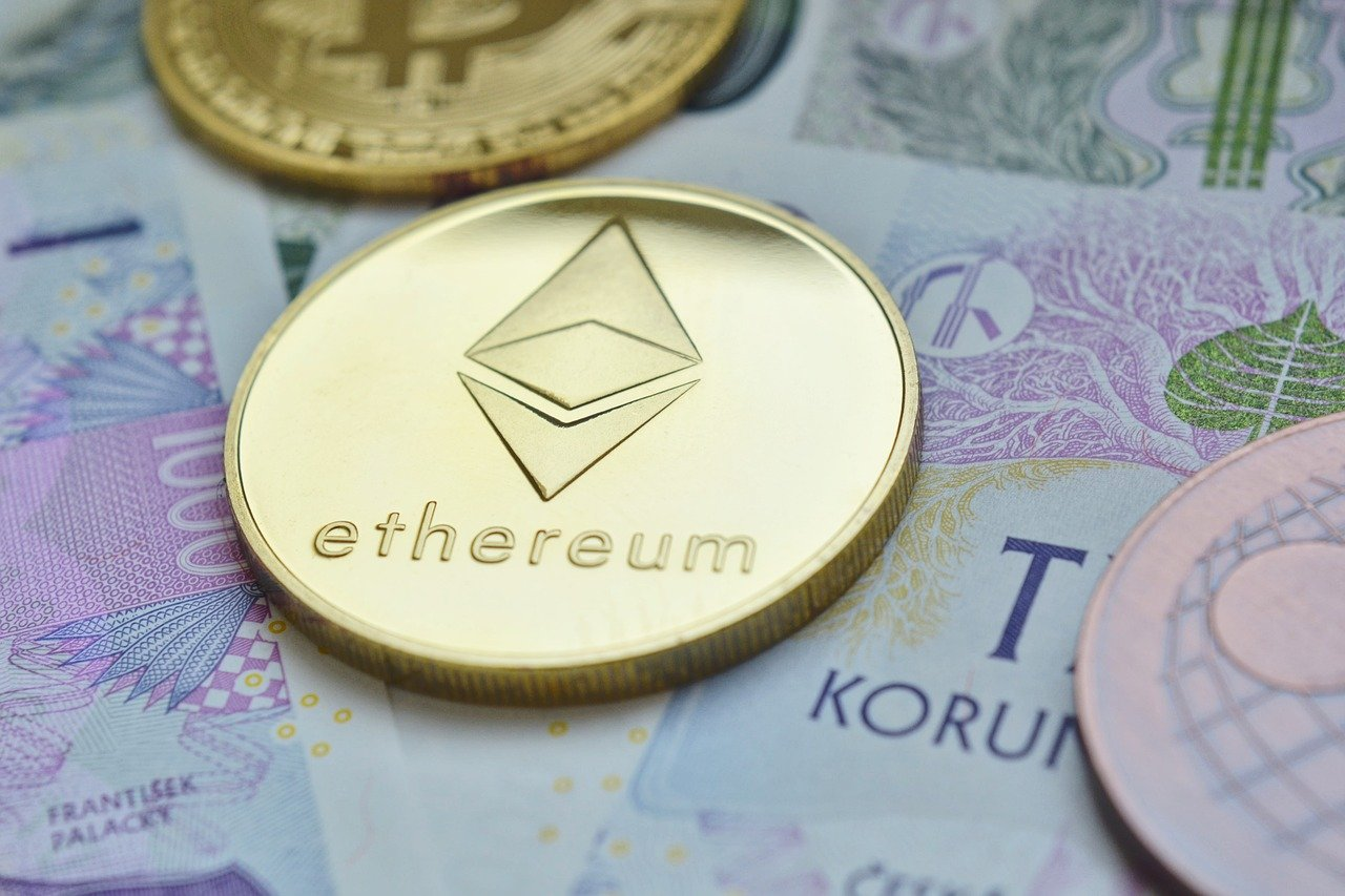 Moeda dourada gravada com o brasão do Ethereum.