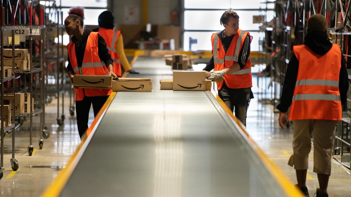 Funcionários trabalham em um armazém da Amazon