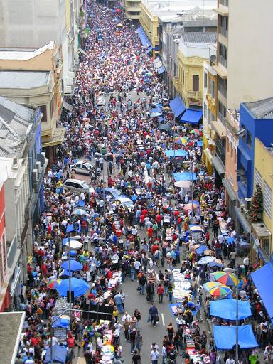 Tráfego de consumidores e camelôs na Rua 25 de Março, em São Paulo