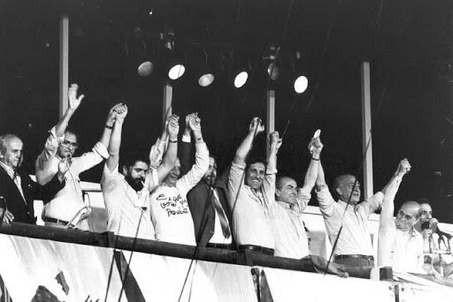 Tancredo Neves, Luiz Inácio Lula da Silva, Ulysses Guimarães, Franco Montoro, Leonel Brizola e Fernando Henrique Cardoso entre outros em comício durante campanha das Diretas Já