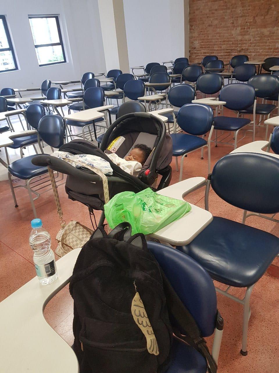 Carrinho de bebê dentro de uma sala de aula