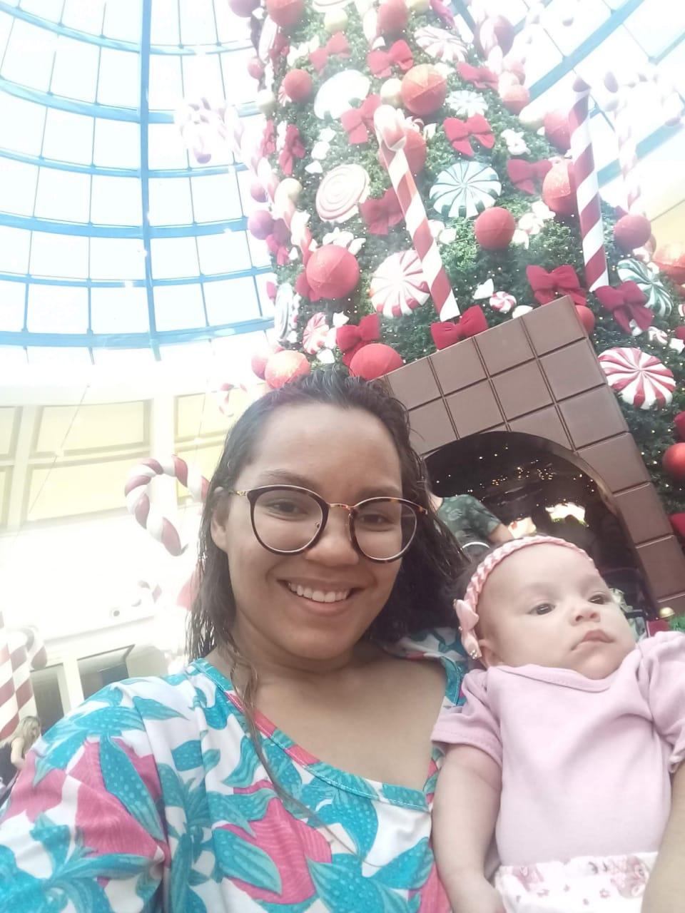A mãe Mayara com a filha Lais