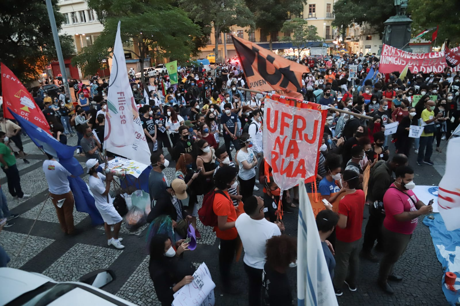 Estudantes protestam contra corte de verbas na UFRJ