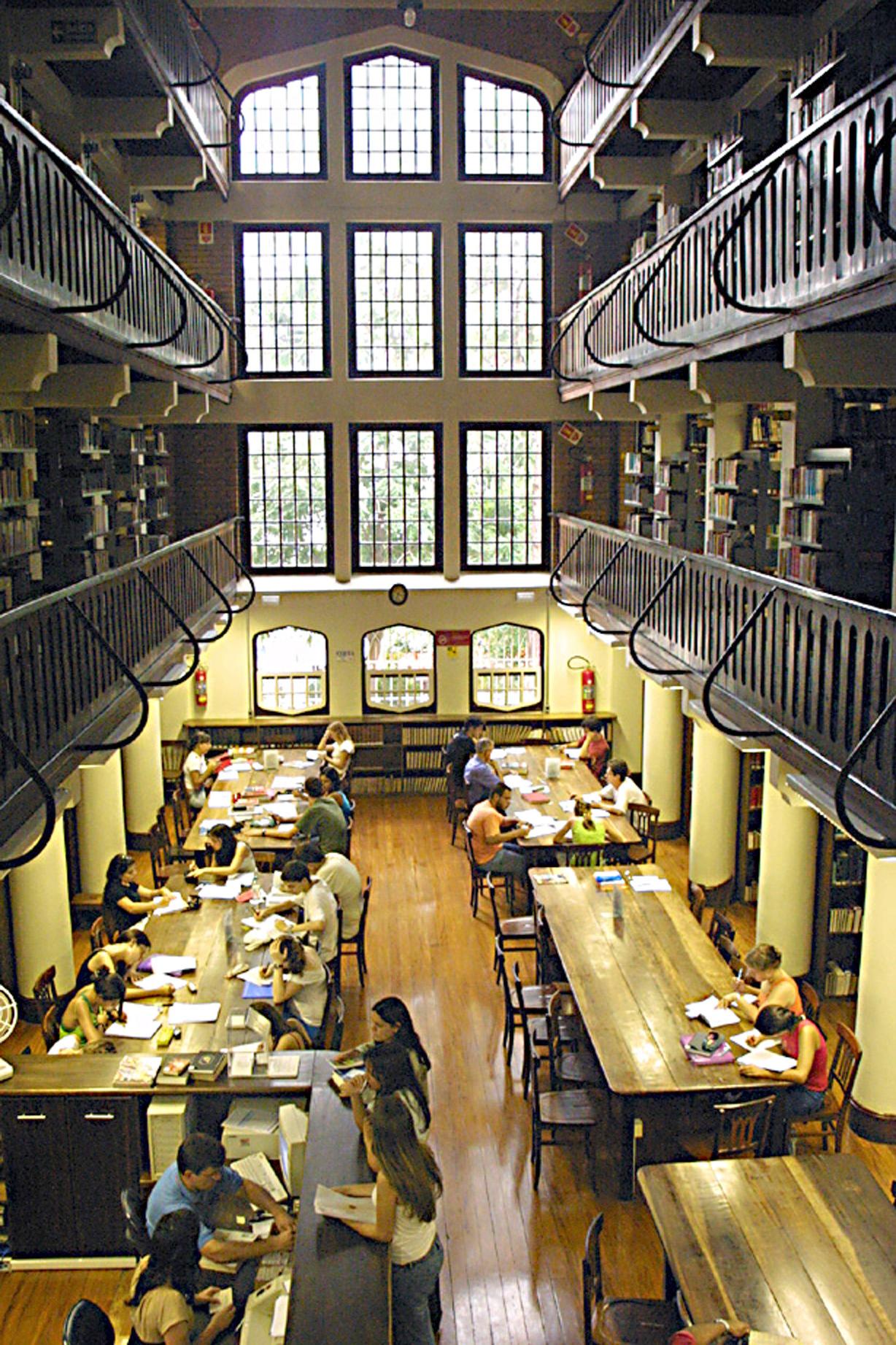 Interior de uma biblioteca antiga da Universidade Presbiteriana Mackenzie