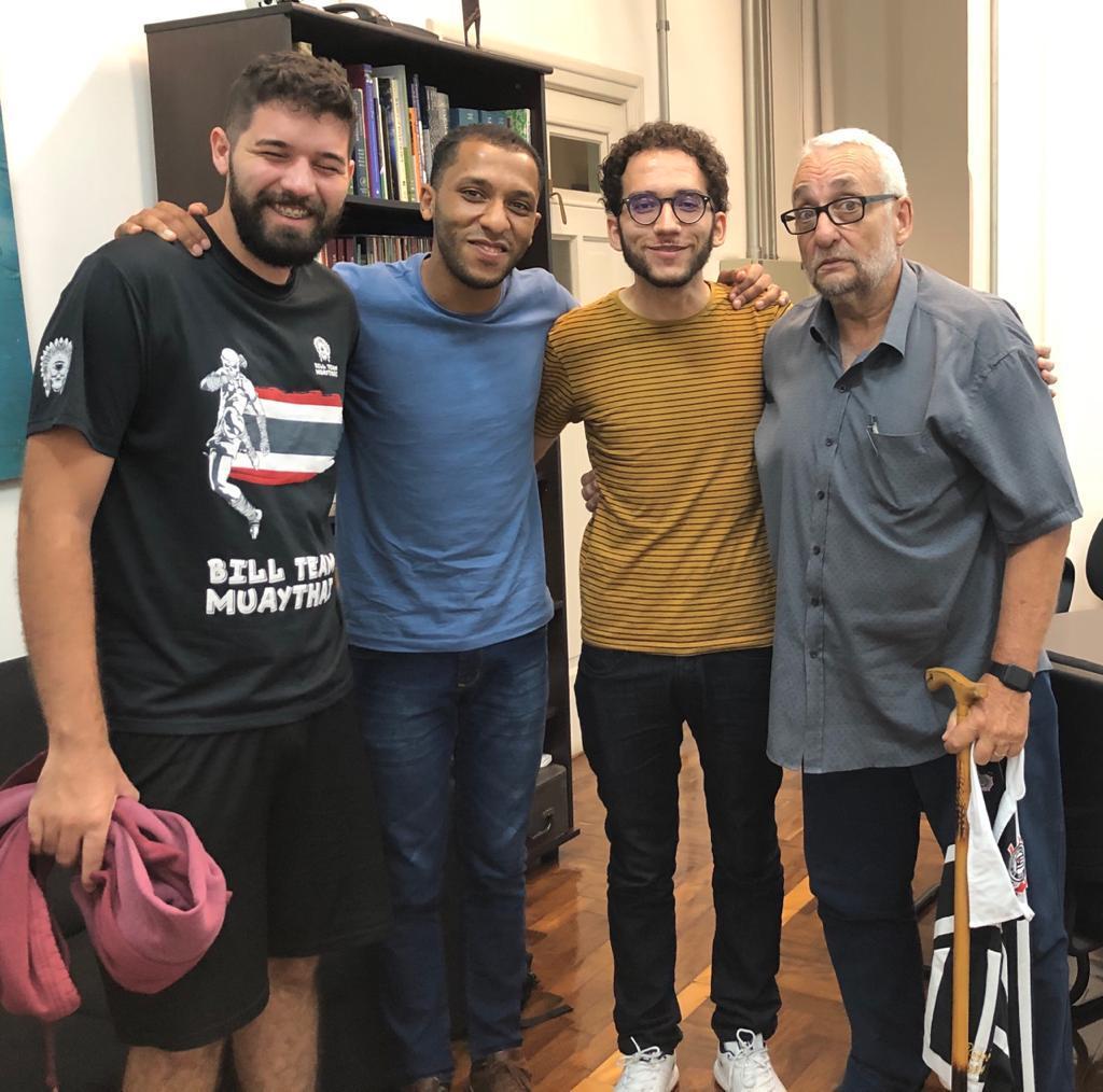 Imagem do Fábio ao lado dos professores do cursinho Fábio, Agrela e Saldiva