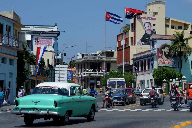 Nas ruas de Cuba se encontram carros antigos e imagens de Fidel Castro e Che Guevara