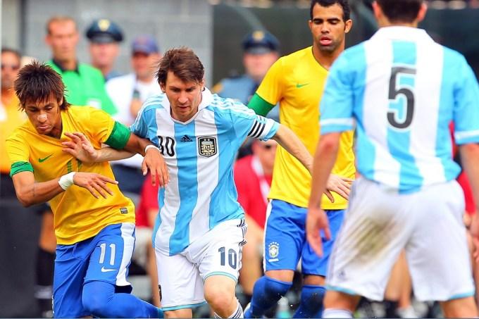 Neymar e Messi disputam bola em jogo entre Brasil e Argentina