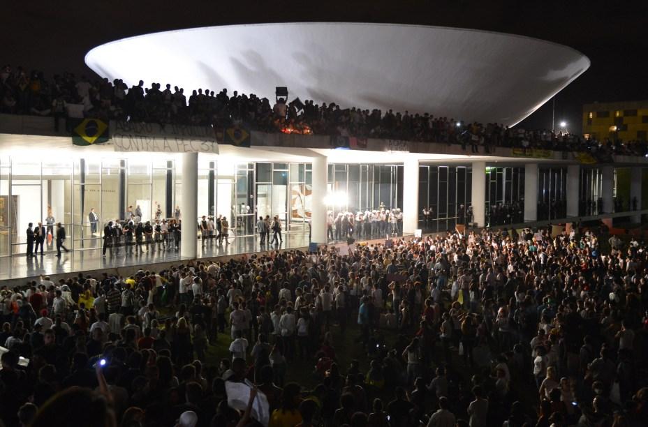 Manifestantes sobem no telhado do Congresso Nacional, em Brasília. O momento é considerado um dos mais marcantes da década. As reivindicações não se limitam mais ao transporte público