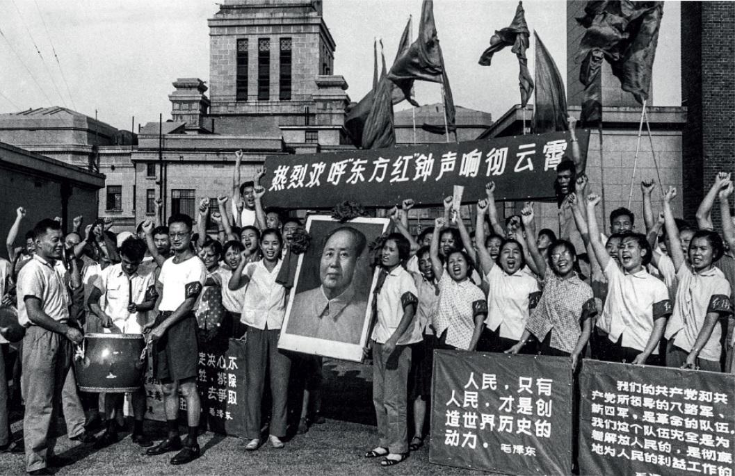 Culto à personalidade - Membros da Guarda Vermelha reverenciam a figura do líder chinês Mao Tsé-tung durante a Revolução Cultural.