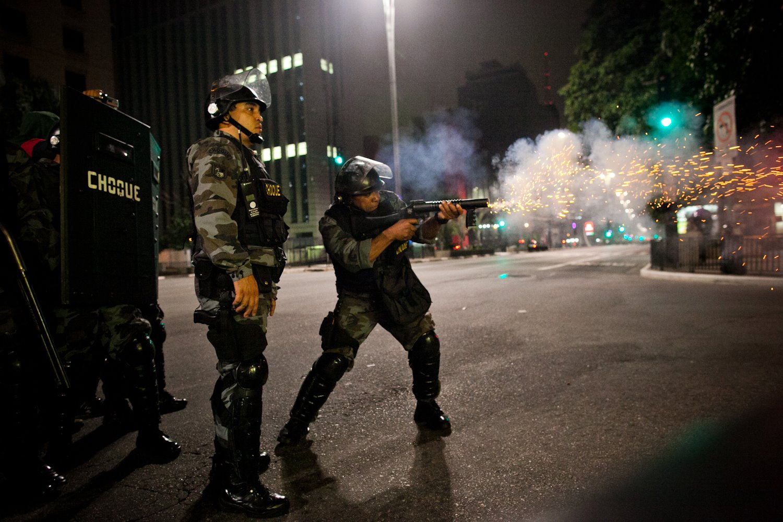 Polícia militar de São Paulo dispara bala de borracha contra manifestantes