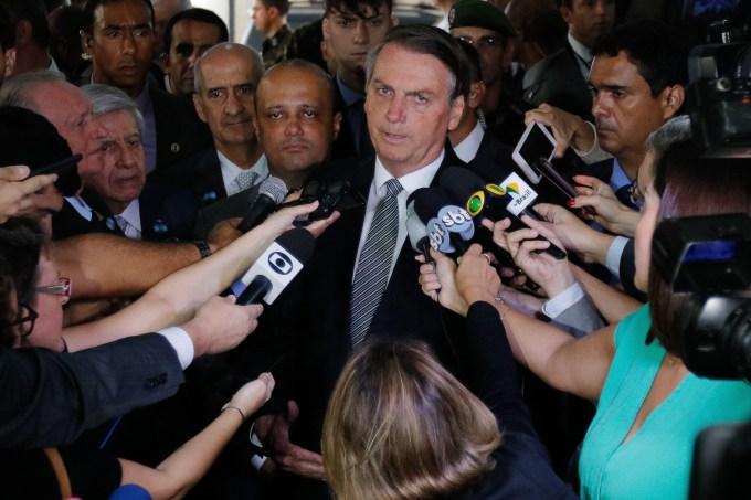 O presidente Jair Bolsonaro fala com repórteres em frente a Escola de Comando e Estado-Maior do Exército (ECEME), na Urca (RJ)
