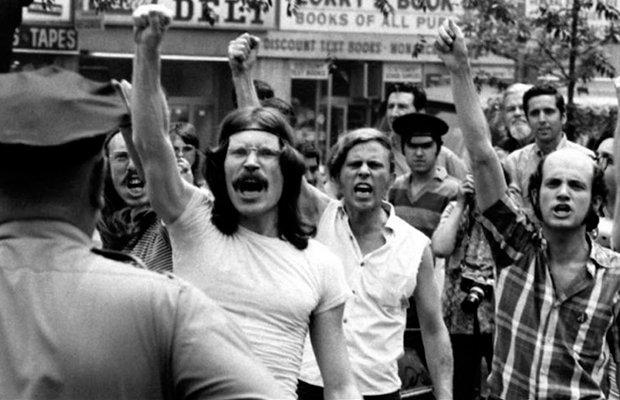 Pessoas protestando na rebelião de Stonewall em 1969.