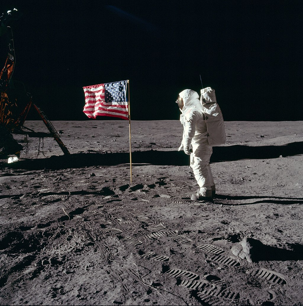 Aldrin prestando continência à bandeira dos Estados Unidos.