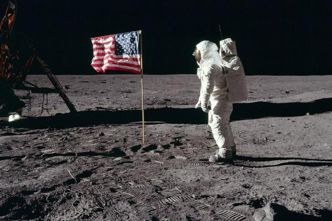 1024px-Buzz_salutes_the_U.S._Flag