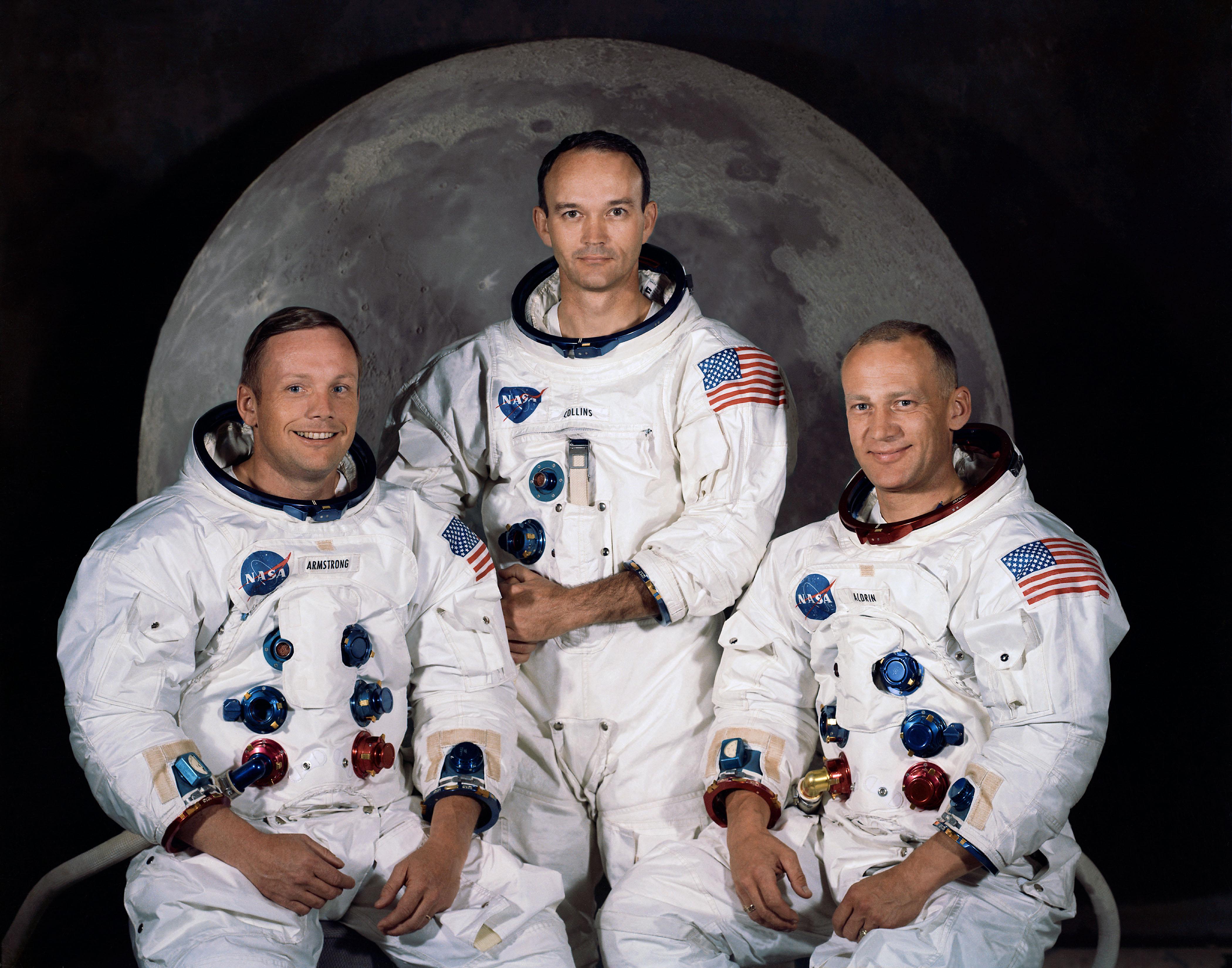 A tripulação da missão Apollo 11, da esquerda para a direita: Neil A. Armstrong, comandante; Michael Collins, piloto do módulo de comando; e Edwin E. Aldrin Jr., piloto do módulo lunar.
