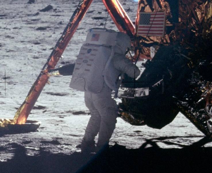 Armstrong trabalhando no Módulo Lunar.