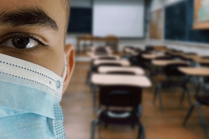Estudante de máscara na sala de aula