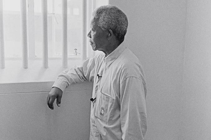 Mandela em sua cela - Ex-presidente e seus companheiros foram presos por sua participação no movimento contra o apartheid