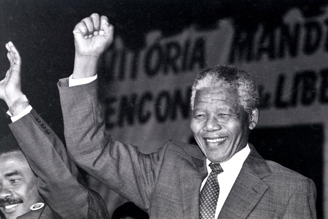 Nelson Mandela com o punho cerrado