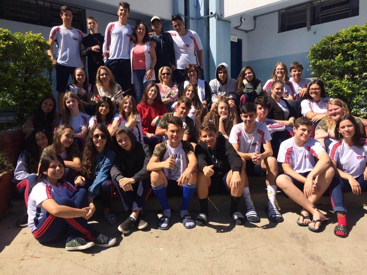 Jovens reunidos na escola