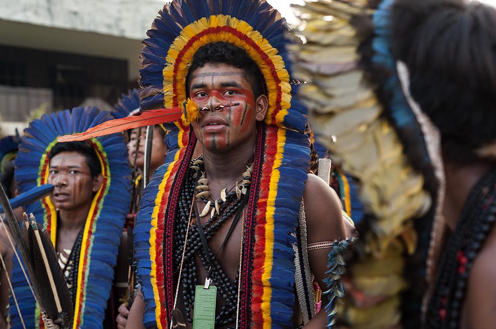 Grupo de homens indígenas