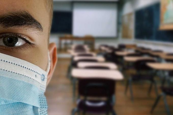 Estudante de máscara em uma sala de aula