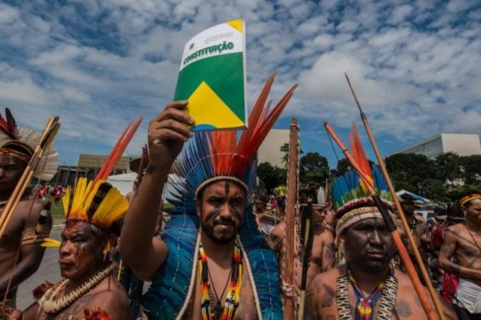 Indígenas com a Constituição
