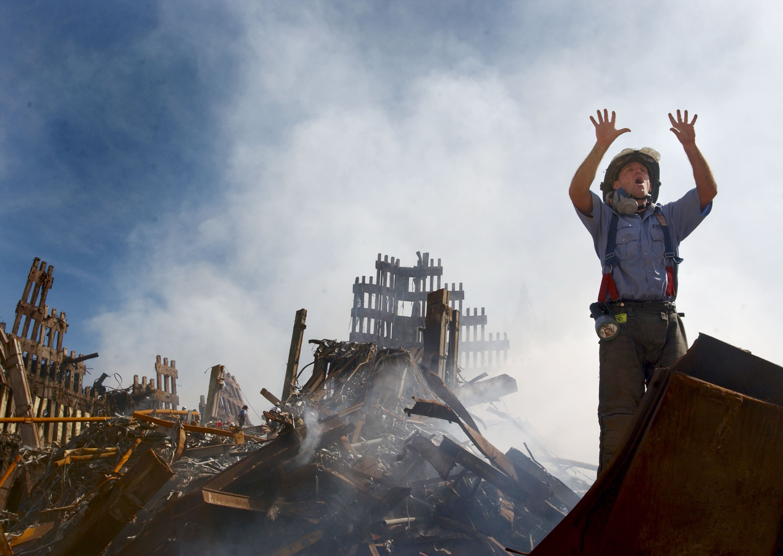 Bombeiro solicita mais equipes de resgate durante o trabalho de busca por sobreviventes dos ataques ao World Trade Center.