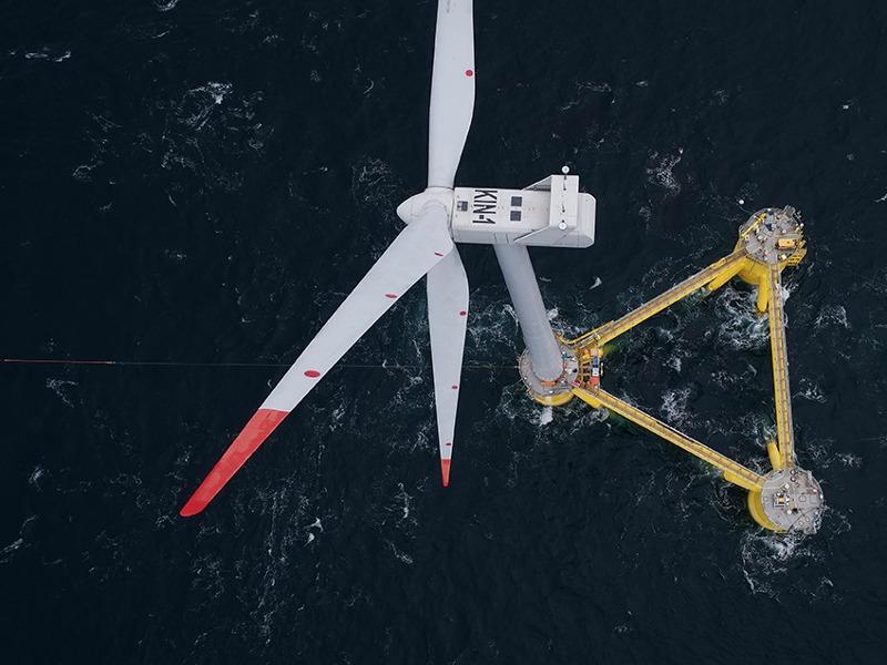 Turbina de energia eólica em alto-mar na costa da Escócia
