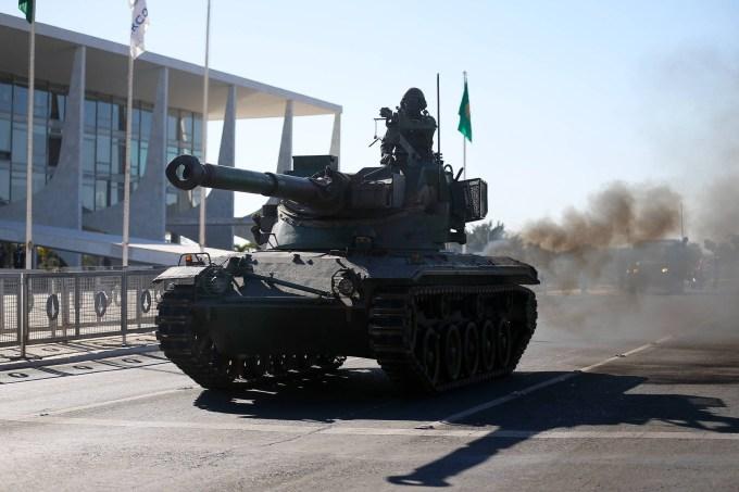 Tanque de guerra em frente do Congresso Nacional, em Brasília